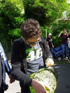 Valentino Rossi firma il casco di Henry
